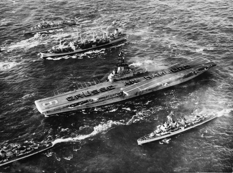影片:前蘇聯轟炸機挑釁美軍航母 結果墜海