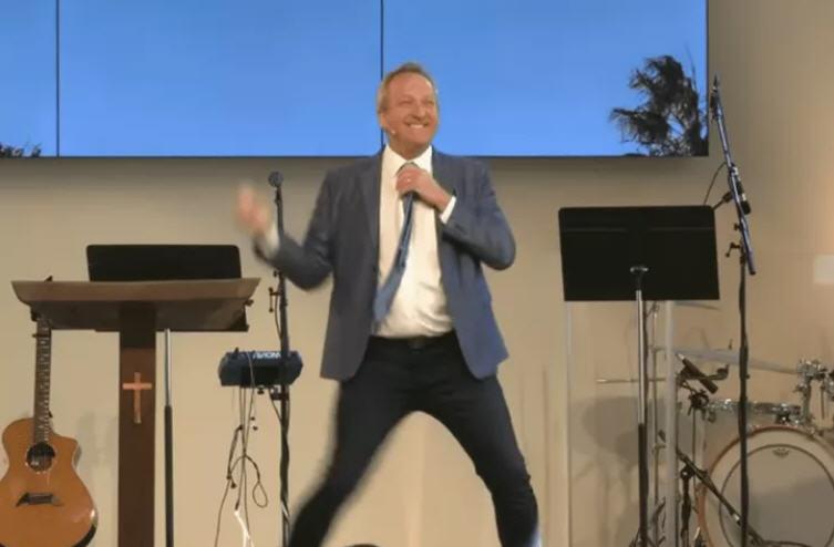 加州千橡市牧師麥考伊為與教民見面不得不把教堂註冊為脫衣舞俱樂部。(Codspeak Calvary Chapel教堂YouTube影片截圖)