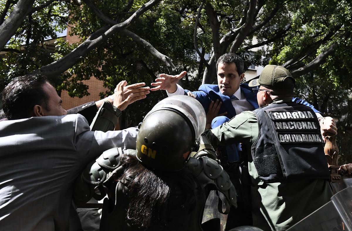 委內瑞拉馬杜羅政權1月5日派兵阻止反對派領袖瓜伊多進入國民議會參選議長,並安插一名新議長。(Federico PARRA / AFP)