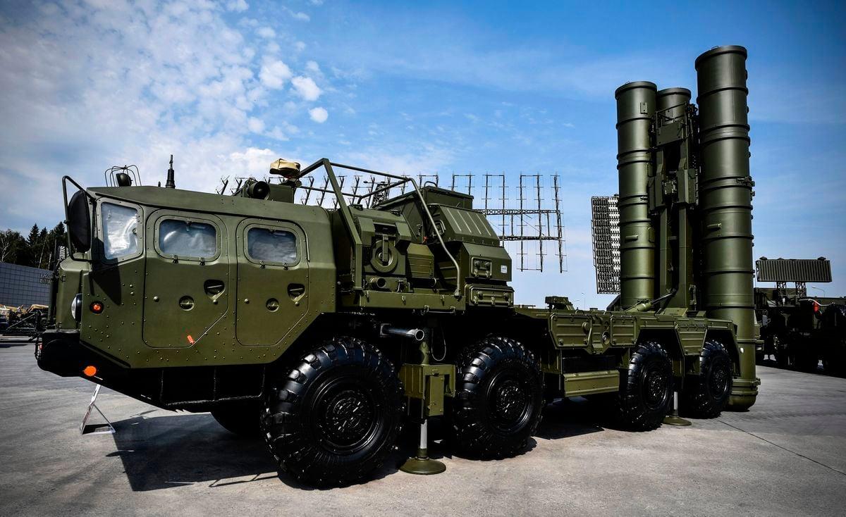 據週日(12月2日)拍攝到的最新衛星圖像,俄羅斯在克里米亞距離烏克蘭僅19英里(約31公里)的空軍基地,部署一個新的S-400地對空導彈連(missile battery)。(ALEXANDER NEMENOV/AFP/Getty Images)