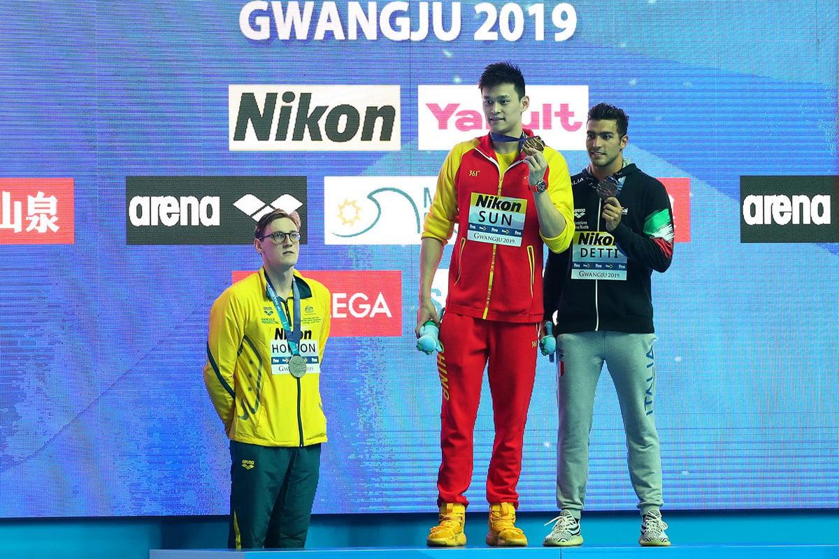 2019年南韓世界游泳錦標賽頒獎禮上,澳洲游泳名將霍頓(左)拒絕與孫楊(中)同台合照轟動世界。 (Maddie Meyer/Getty Images)