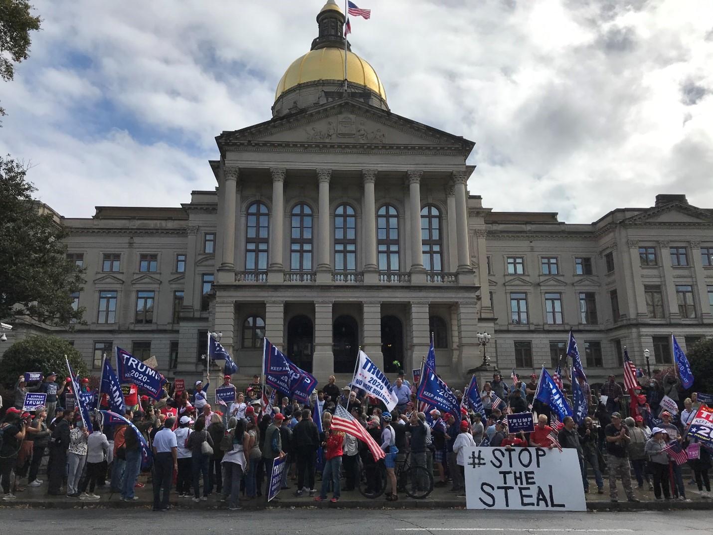 數百名民眾於2020年11月7日中午在佐治亞州州議會金頂大樓前舉行Stop the Steal抗議活動。(呂尚明/大紀元)