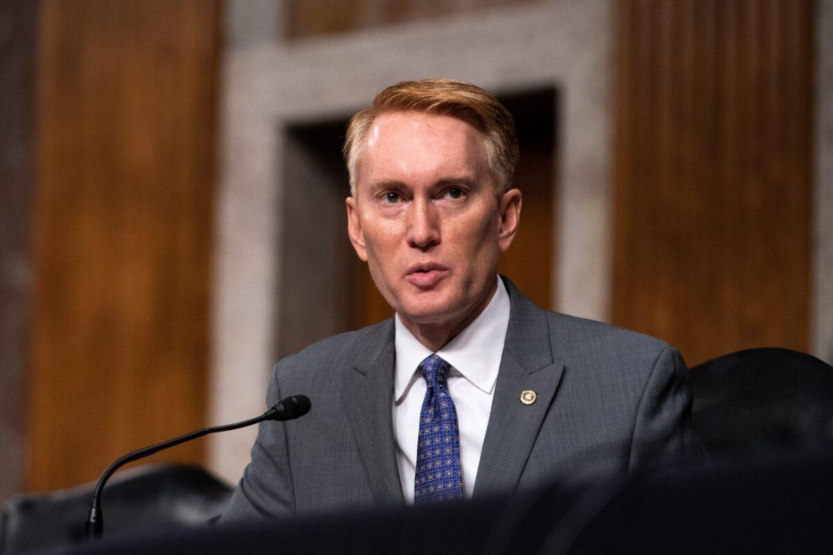 美國俄克拉荷馬州共和黨參議員詹姆斯‧蘭克福德(James Lankford)在國會發表講話。(Anna Moneymaker/Pool/AFP via Getty Images)