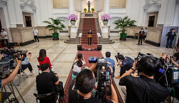 中華民國總統蔡英文2021年5月13日下午在總統府發表敞廳談話,呼籲國人團結防疫守台灣,落實防疫每一個環節。(總統府提供)
