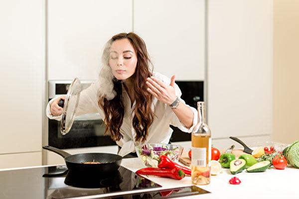 「居家令」也改變了消費者的行為,更多人花更多時間在家做飯。(ShutterStock)