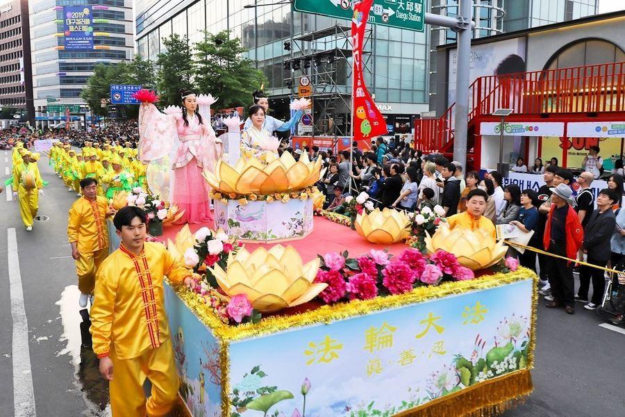 南韓大邱慶典遊行 法輪功隊伍獲讚歎