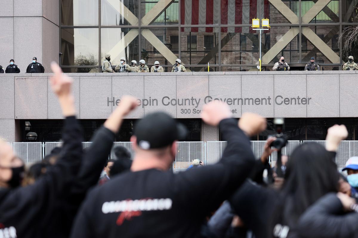 2021年4月20日,明尼蘇達州明尼阿波利斯。當德里克·喬文案件的判決被宣讀後,在亨內平縣法院外的人們反應激烈。(Scott Olson/Getty Images)