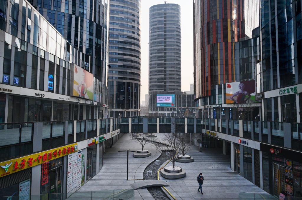 2月10日,由於中共肺炎疫情嚴重,北京宣佈社區實施封閉式管理,即半「封城」。圖為2020年1月28日北京一處商業區的冷清街景。(Kevin Frayer/Getty Images)