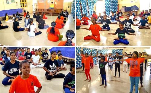 法輪功學員在卡拉伊卡爾鎮上的孤兒院教功。(明慧網)