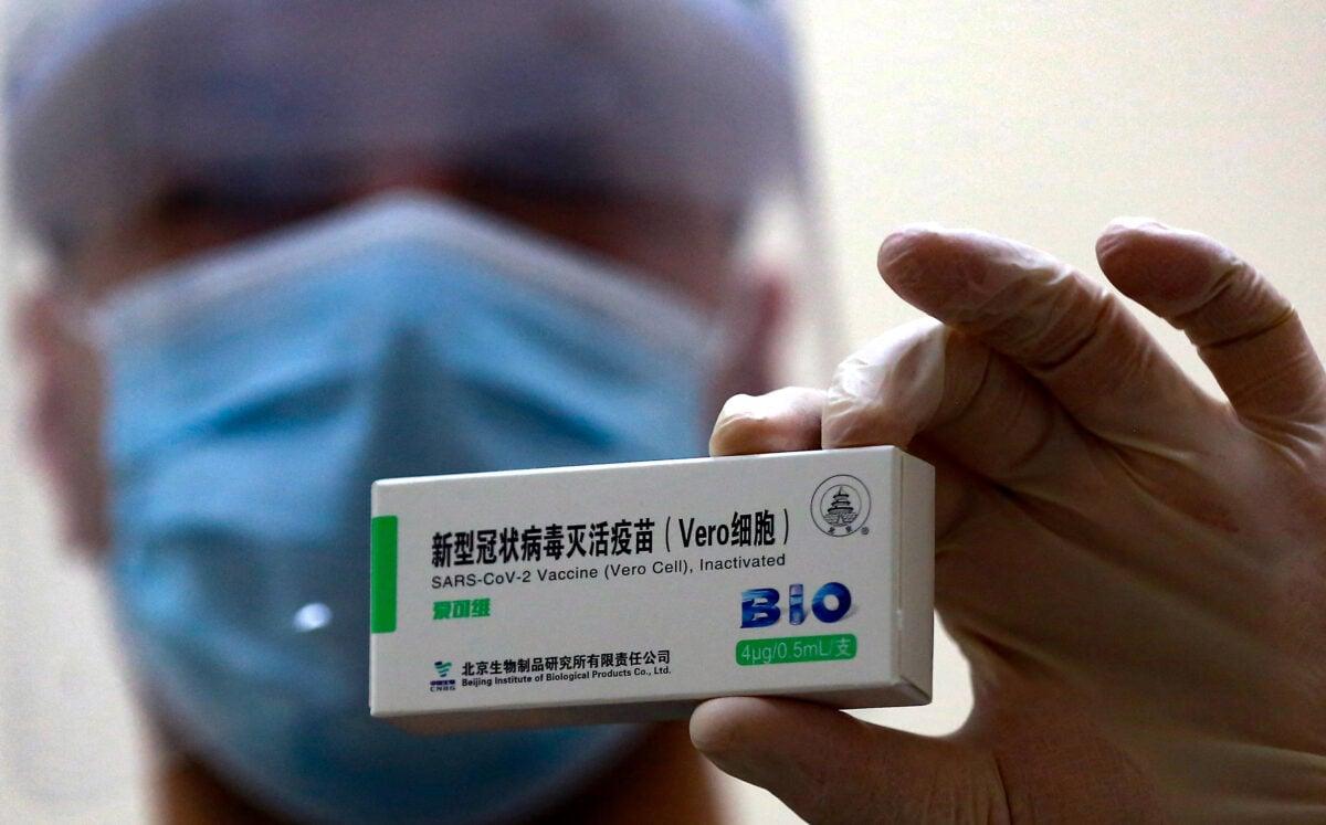 圖為中國國藥集團生產的COVID-19(中共病毒)疫苗。(KHALIL MAZRAAWI/AFP via Getty Images)