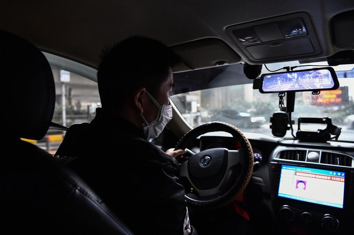 武漢的士司機張勇(化名)說,中共肺炎實則為人禍,應該要申請國家賠償。圖為一名武漢的士司機。(HECTOR RETAMAL/AFP via Getty Images)