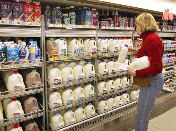 圖為奶製品櫃台。(Tim Boyle/Getty Images)