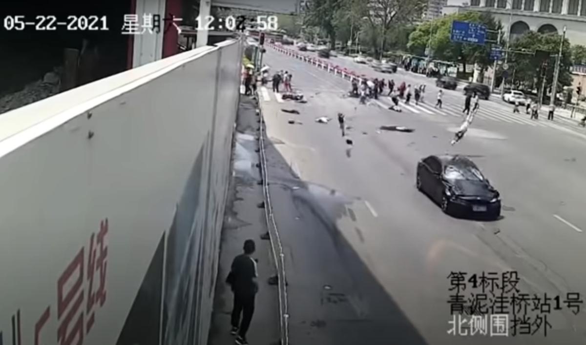周六(5月22日),遼寧大連勞動公園北門發生嚴重交通事故,一黑色轎車高速直衝過斑馬線的人群,多人瞬間被撞飛。(影片截圖)