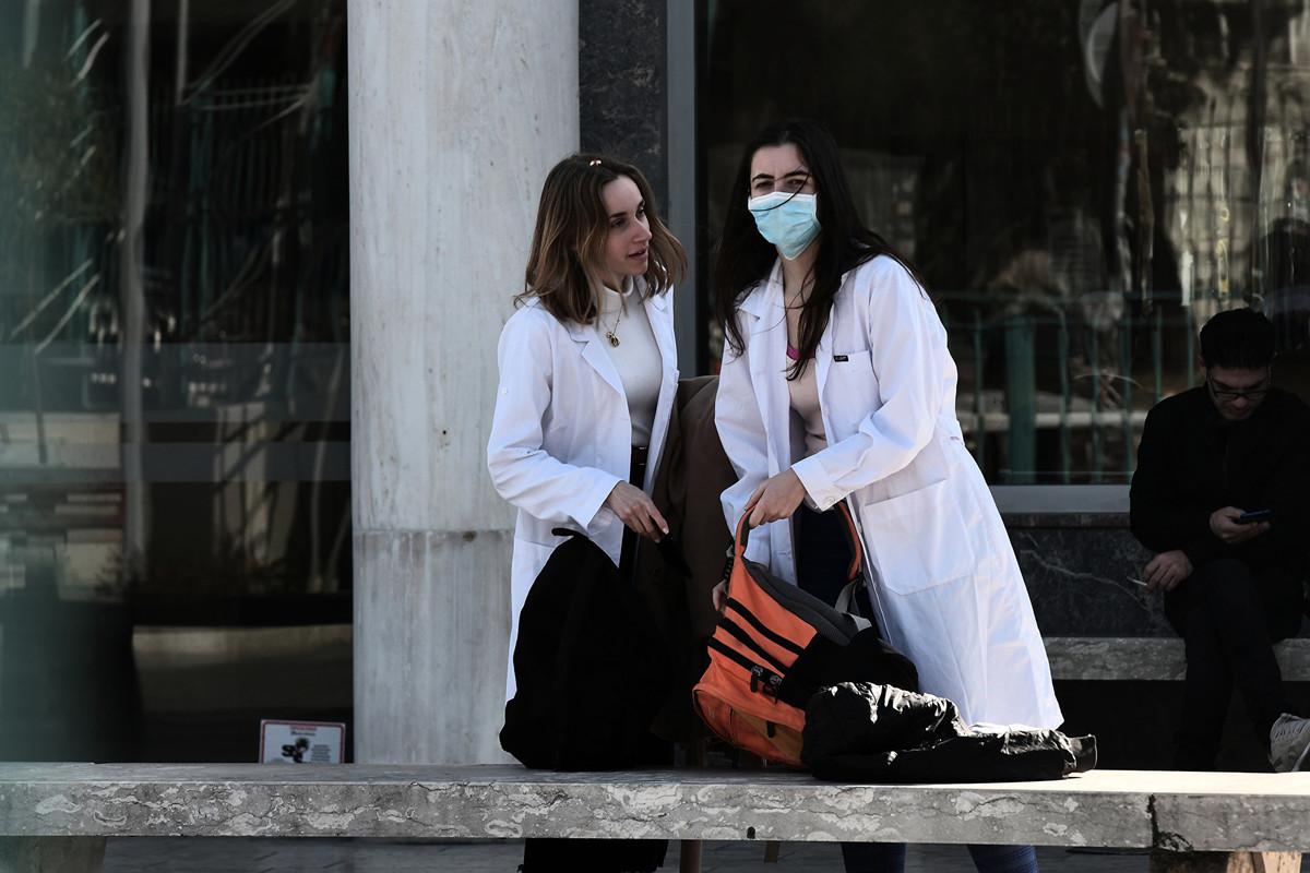戴著口罩的護士於2020年2月26日站在塞薩洛尼基(Thessaloniki)的Ahepa醫院外。希臘於2020年2月26日報告了第一宗中共病毒病例,是最近去過意大利北部的一名婦女。(Sakis MITROLIDIS/AFP)