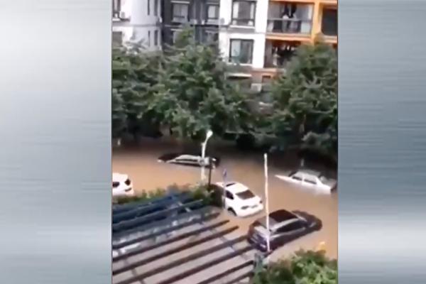 湖北宜昌市2020年6月27日暴雨淹大水,居民擔憂是大壩洩洪,致使長江水面升高,市內排水系統宣洩不及。(影片截圖)