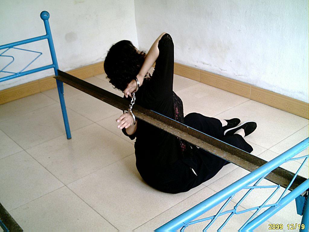 中共酷刑迫害法輪功學員上百種酷刑之一:大背銬示意圖。(明慧網)