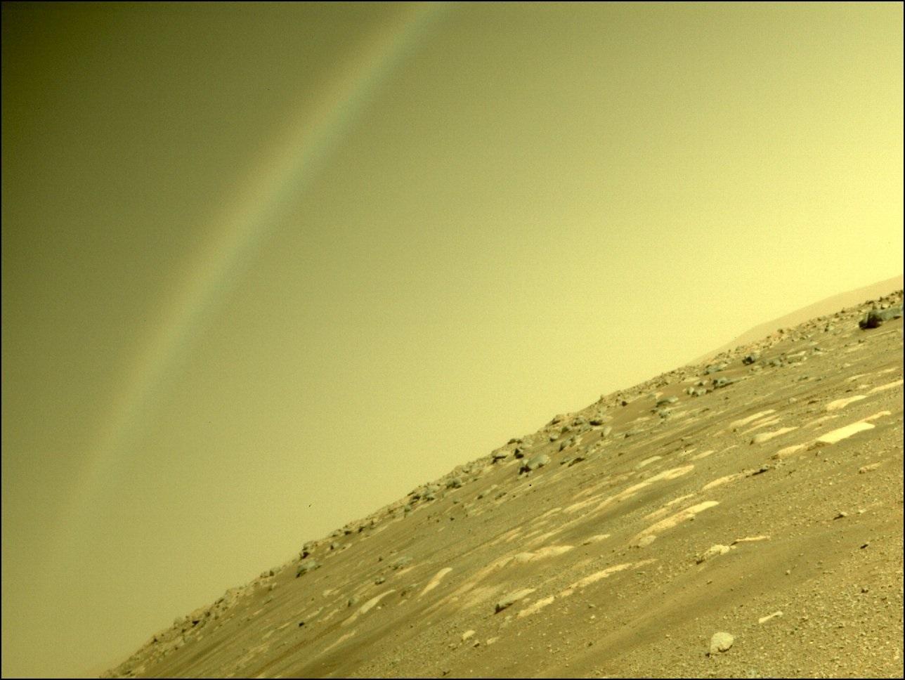 NASA澄清說,無人探測器「毅力號」在火星上拍到的弧形結構不是彩虹,而是鏡頭眩光。(NASA)