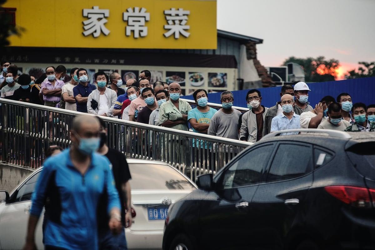 圖為6月18日北京市民正在排隊進行核酸檢測。(Getty Images)