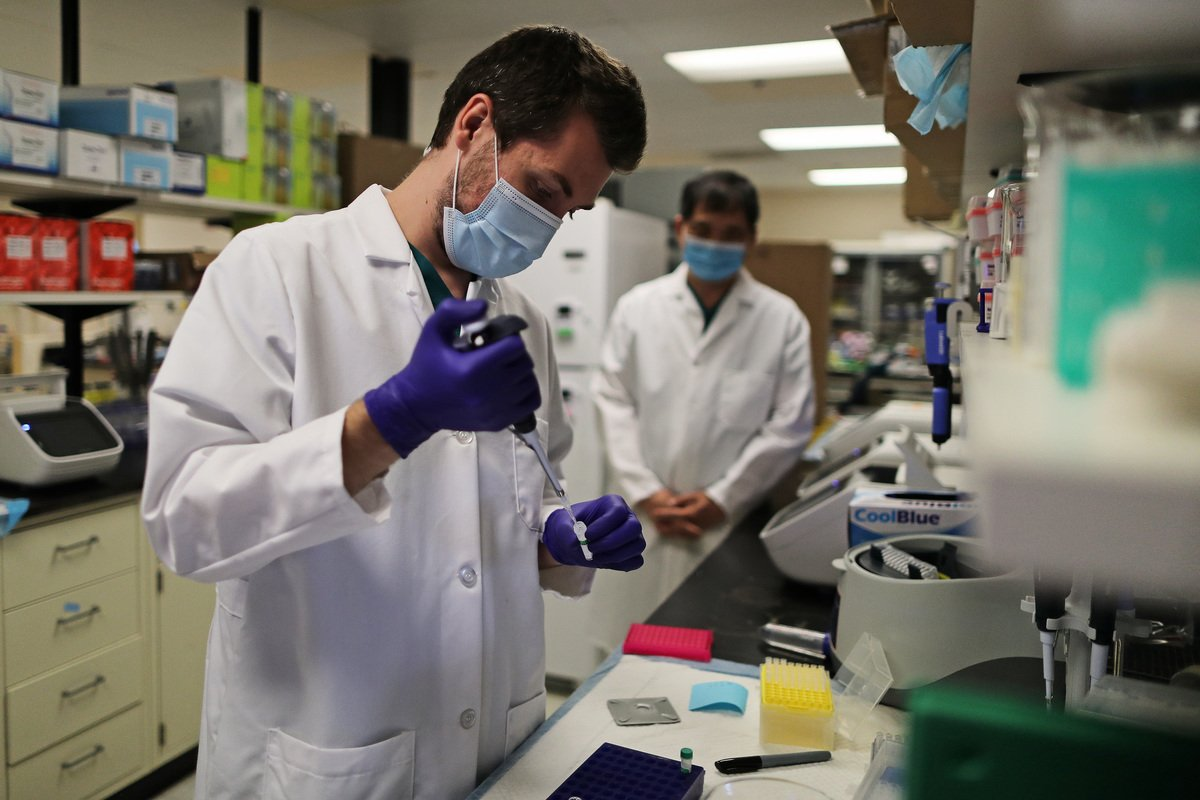 史丹福大學的科學家們上周確認了全美首例中共病毒(COVID-19)「雙突變」(Double mutant)變種病毒。圖為實驗室人員在檢測病毒。(Chip Somodevilla/Getty Images)
