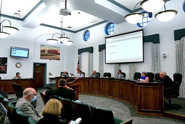 2021年5月4日,美國維珍尼亞州庫爾佩珀縣(Culpeper County)委員會會議現場。(李辰/大紀元)