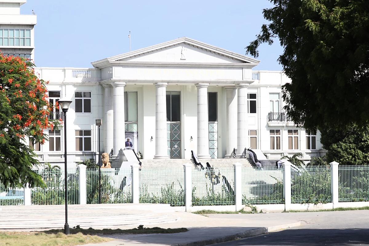 當地時間7月7日,海地臨時總理克勞德·約瑟夫(Claude Joseph)宣佈,莫伊茲於當天凌晨在其家中遇刺身亡,第一夫人也受傷。圖為海地總統莫伊茲(Jovenel Moise)位於首都太子港(Port-au-Prince)的官邸。(VALERIE BAERISWYL/AFP via Getty Images)