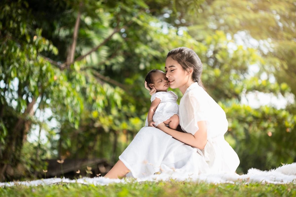 最新一項研究指出,確診染疫媽媽的母乳不僅零中共病毒(俗稱武漢病毒、新冠病毒),反而還會輸送能中和該病毒的抗體給寶寶。(Shutterstock)