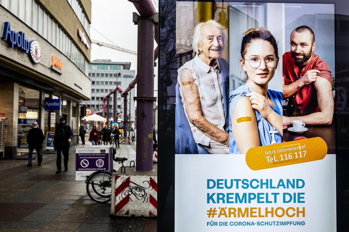2021年1月4日,德國柏林,街上電子看板顯示疫苗接種的宣傳。(Maja Hitij/Getty Images)