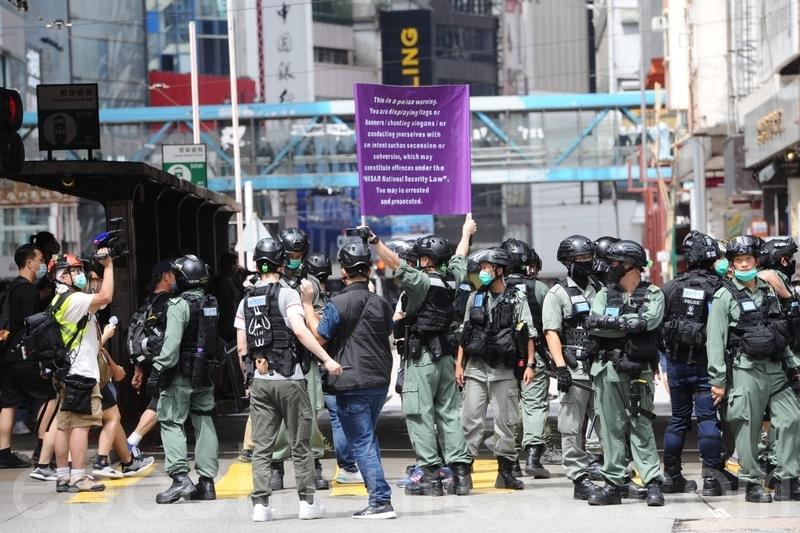 2020年7月1日,香港警方在鵝頸橋附近舉紫旗,警告市民的行動或違反《港區國安法》。(宋碧龍/大紀元)