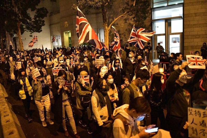 2019年11月29日,港人發起在英國駐香港總領事館遞交請願信、聲援鄭文傑的集會。(Chris McGrath/Getty)