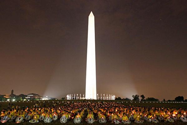 2006年7月21日,法輪功學員在華府華盛頓紀念碑下,舉行燭光悼念活動;悼念所有被中共迫害致死的法輪功學員,同時緊急呼籲正義良知,共同制止中共的迫害。(大紀元)