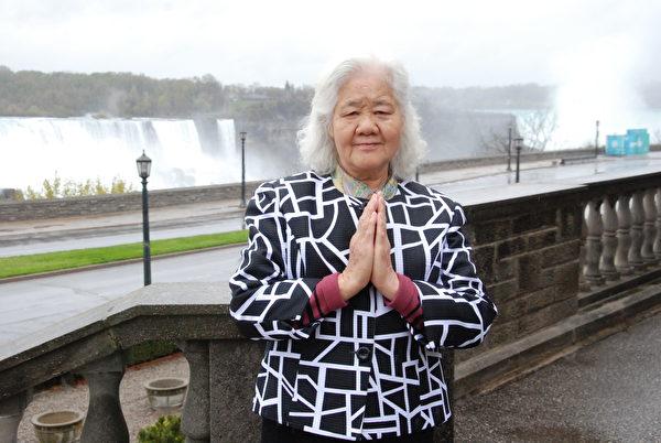5月7日,82歲的法輪功學員安榮芬表示,感謝加拿大政府對法輪功的支持。(伊鈴/大紀元)