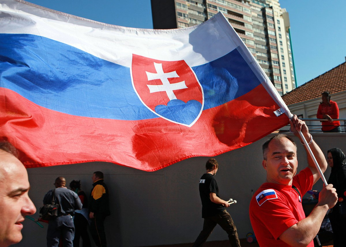 中東歐國家斯洛伐克政府9月24日宣布,經其外交部、經濟部及衛生部協調促成,決定提高捐贈台灣疫苗數量為16萬劑AZ疫苗。圖為斯洛伐克國旗。(RAJESH JANTILAL/AFP via Getty Images)