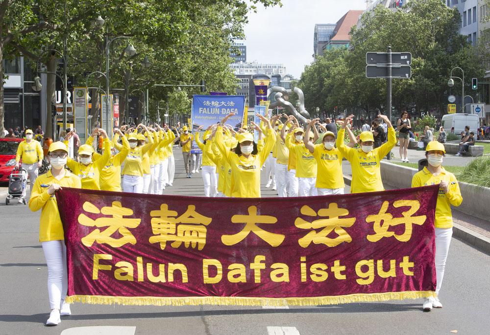 2021年7月17日,法輪功學員在德國首都柏林選帝侯大道上(Kurfuerstendamm)遊行,紀念7·20反迫害22周年。(Matthias Kehrein/大紀元)