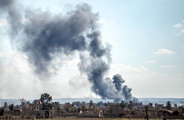 美國的支持部隊3月1日向恐怖組織伊斯蘭國(ISIS)發動最後一波襲擊。圖為敘利亞東部巴古茲村莊3月3日冒出濃濃煙霧。(Bulent Kilic/AFP/Getty Images)
