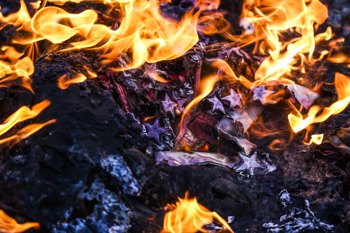 2021年1月20日,美國共產黨和其它激進組織的成員,在位於丹佛的科羅拉多州議會大廈台階上,焚燒美國國旗。(Michael Ciaglo/Getty Images)