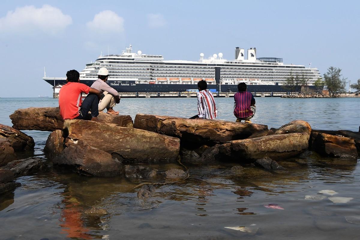 2020年2月20,受中共肺炎疫情影響無法停靠,最終被柬埔寨接納的「威士特丹號」(MS Westerdam)遊輪。(TANG CHHIN SOTHY/AFP)