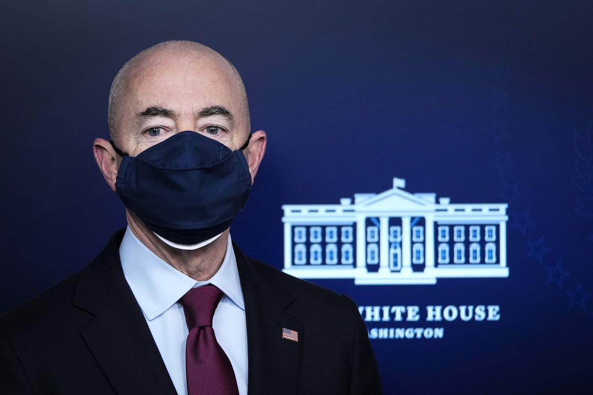 美國國土安全部部長亞歷杭德羅‧馬約卡斯(Alejandro Mayorkas)3月1日在白宮新聞會上向南美洲非法移民發出信號,不限制非法移民來美國,但不能現在來。(Drew Angerer/Getty Images)