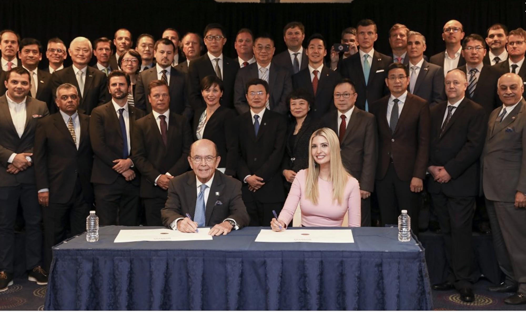 6月12日,60家外國公司的高管簽署了《對美國工人的協議》,美國商務部長威爾伯·羅斯(Wilbur Ross)和總統高級顧問伊萬卡·特朗普代表美方簽署了這一協議。(Samira Bouaou/大紀元)