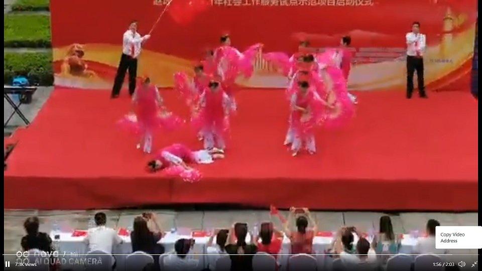 四川省宜賓市一個中共「黨慶」活動中,一名女子突然倒地不起。(影片截圖)