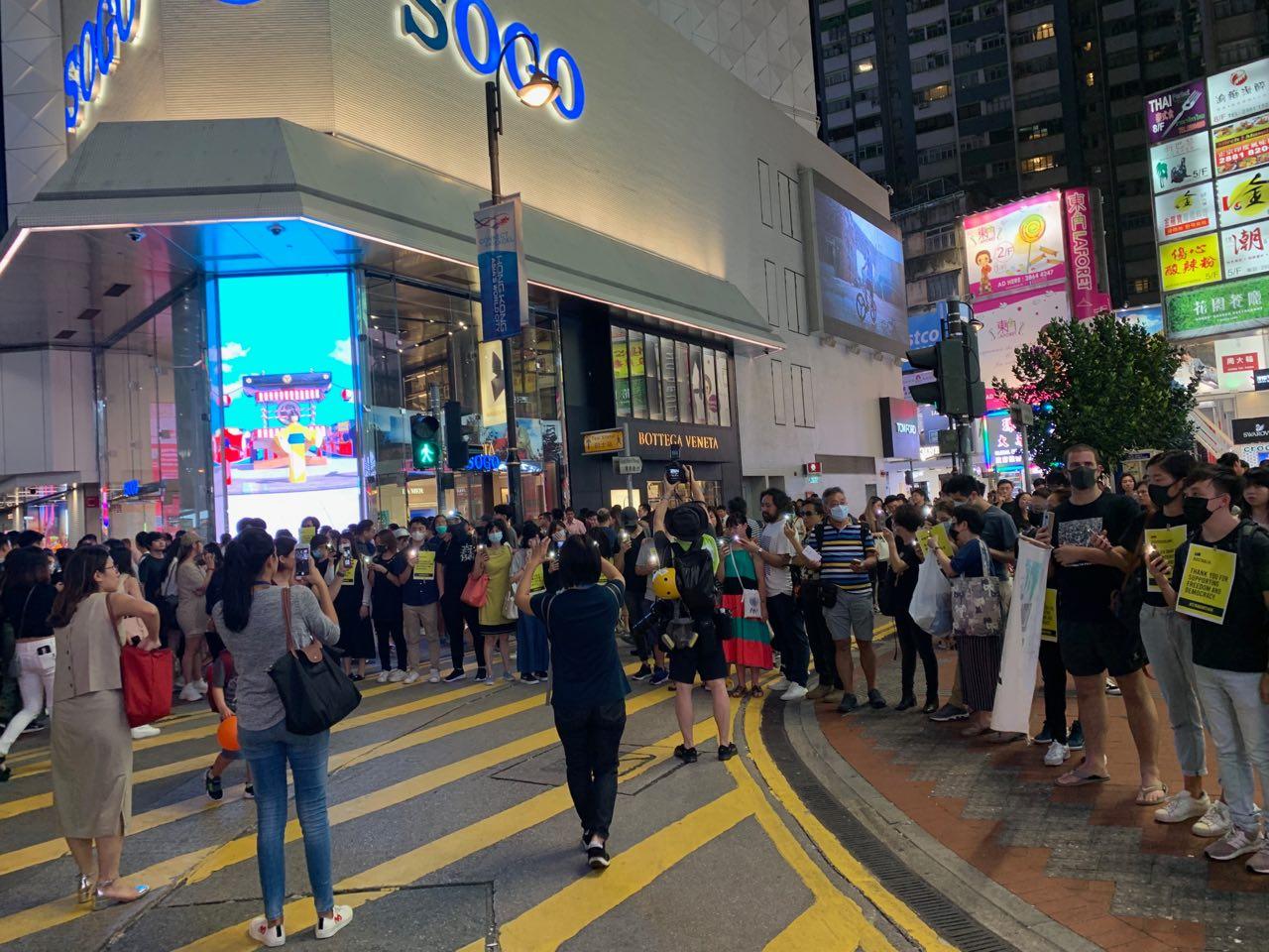 8月23日晚7時,港人發起「香港之路築人鏈」活動。圖為銅鑼灣附近的人鏈。(駱亞/大紀元)