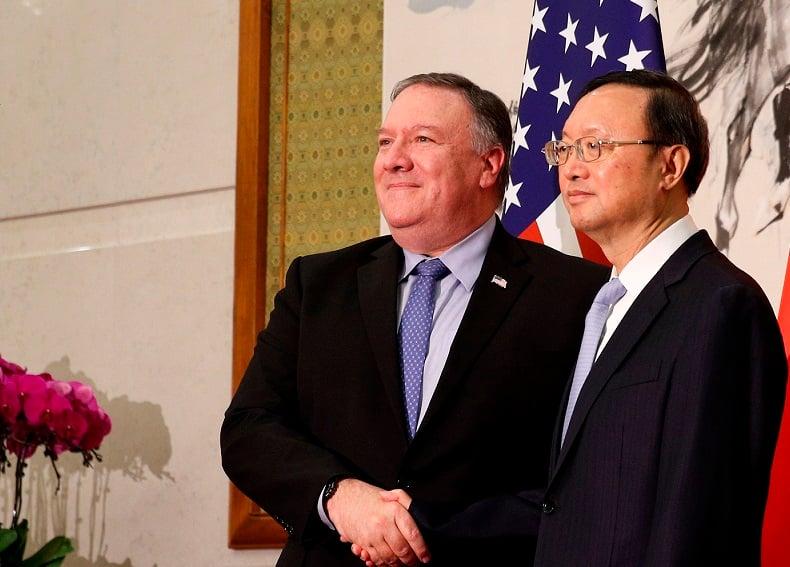美國國務卿蓬佩奧(左)與中共外事辦主任楊潔篪於2018年10月8日在北京釣魚台國賓館合照。(ANDY WONG/AFP via Getty Images)