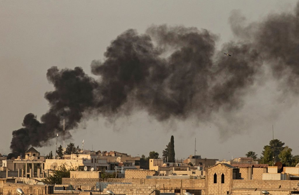 2019年10月9日,土耳其轟炸敘利亞邊界哈薩克省城鎮拉斯艾因(Ras al-Ain)。 (DELIL SOULEIMAN/AFP/ Getty Images)