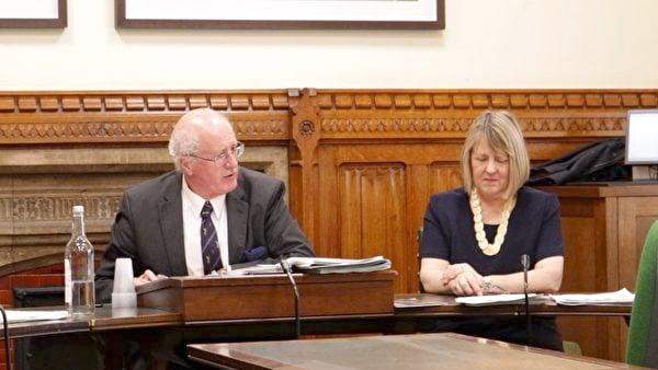 保守黨委員會主席兼國會議員布魯斯(Fiona Bruce,右)在一次人權聽證會上。(舒雅/大紀元)