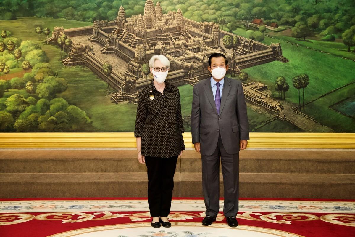 美國副國務卿謝爾曼(Wendy Sherman)6月1日與柬埔寨首相洪森會面。(Handout/US Embassy Phnom Penh/AFP)
