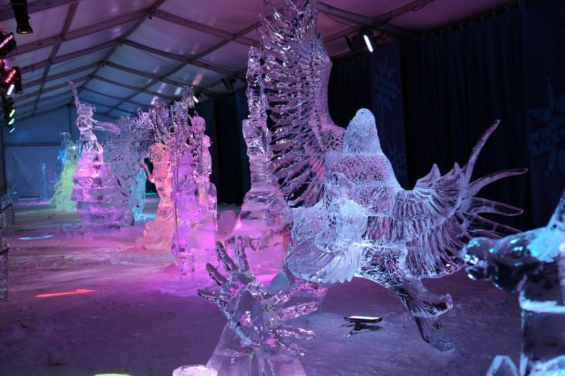 圖為2015年,來自世界各地的冰雕藝術家為渥太華國際冰雪節製作的冰雕。(任喬生/大紀元)