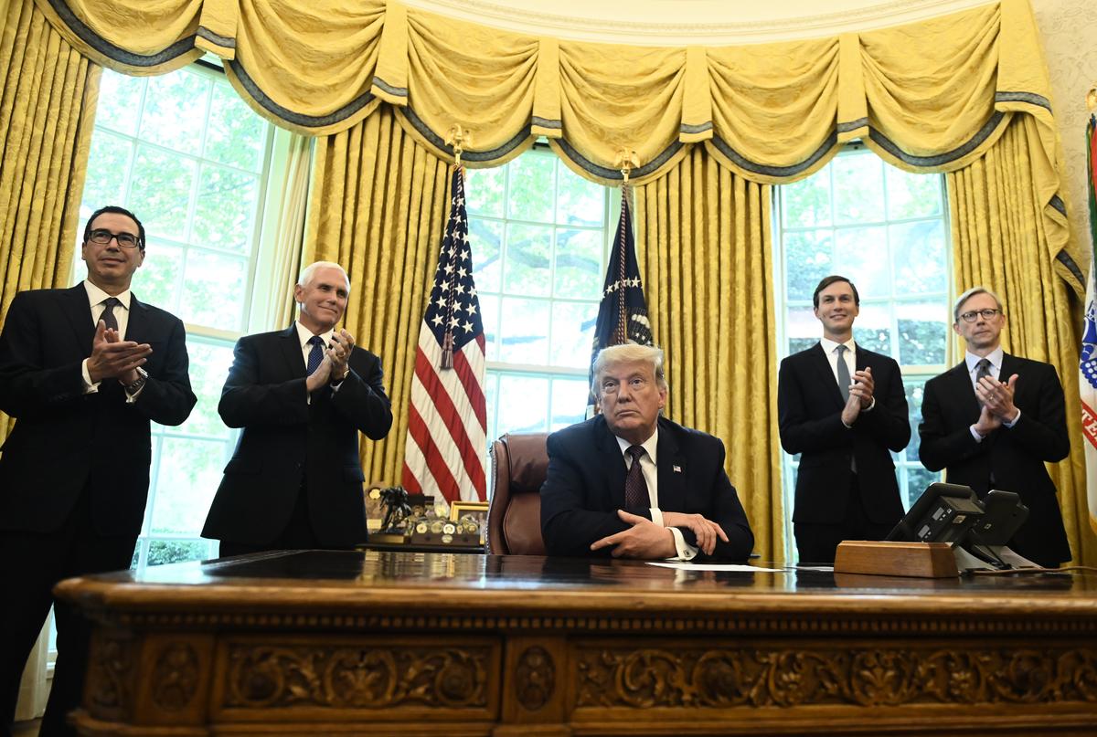 2020年9月11日,美國總統唐納德・特朗普(中)宣佈,以色列與巴林同意達成「和平協議」。(ANDREW CABALLERO-REYNOLDS/AFP)