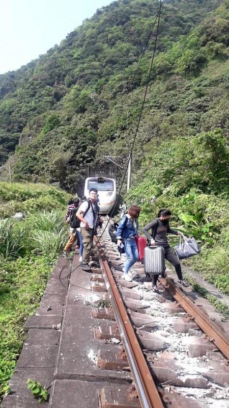 台鐵408次樹林開往台東的太魯閣號列車2021年4月2日在花蓮大清水隧道出軌,列車共8節車廂,搭車乘客約350人。(台鐵提供/中央社)