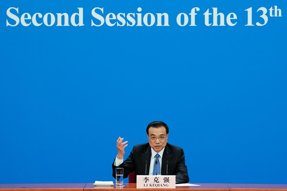 針對記者提問,李克強回應:「我不知道指的是監聽政府的還是公民個人的,反正有一條,這樣做不符合中國法律,也不是中國行事的方法,現在不會有,將來也決不會有」。 (Photo by Lintao Zhang/Getty Images)