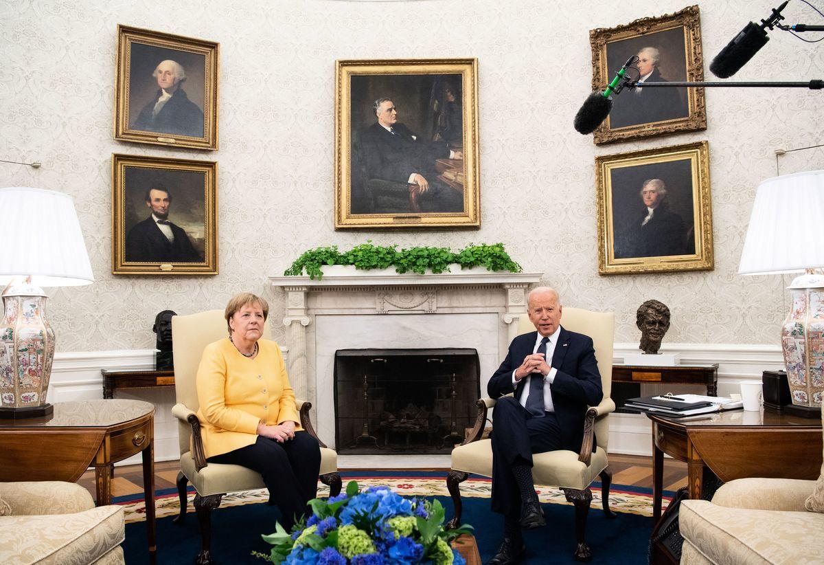 2021年7月15日,美國總統拜登和德國總理默克爾在華盛頓的白宮橢圓形辦公室舉行會議。(SAUL LOEB/AFP via Getty Images)