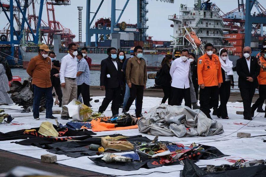 印尼海軍搜獲失事客機黑匣子 找到更多遺體
